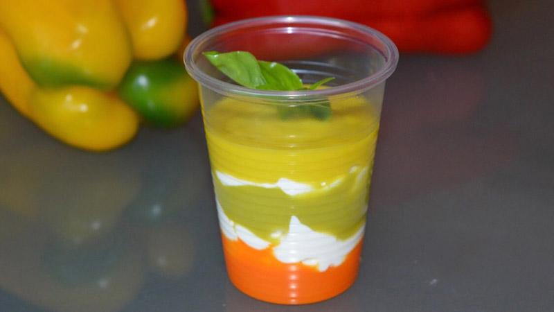 Bicchieri di peperoni ai tre colori