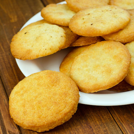 Biscotti al parmigiano con caprino e pere