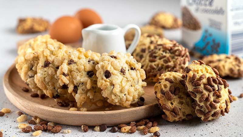 Biscotti con gocce di cioccolato e riso soffiato