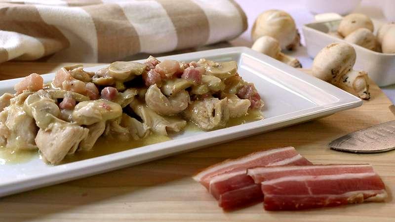 Bocconcini di pollo con funghi e pancetta