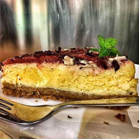 Cheesecake fragole e scaglie di cioccolato