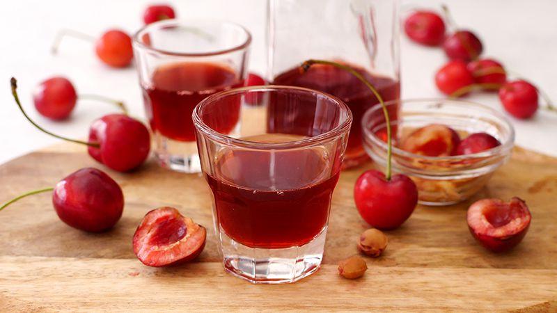 Liquore alle ciliegie con noccioli