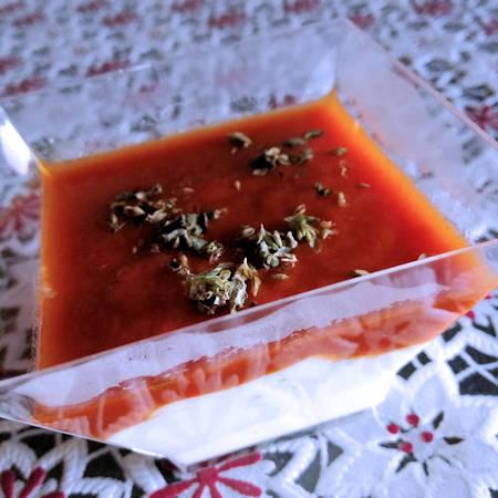 Coppette di yogurt greco e pomodoro