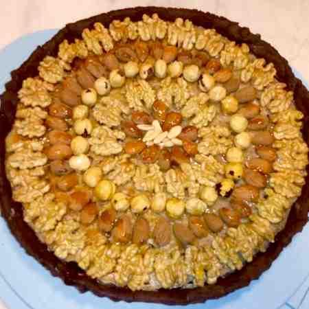 Crostata di ricotta, gocce di cioccolato e frutta secca