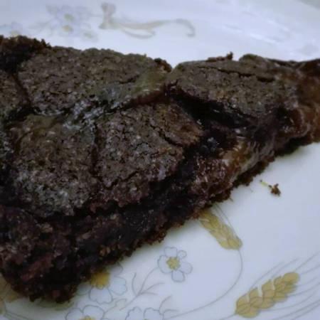 Crostata nera con marmellata di albicocche
