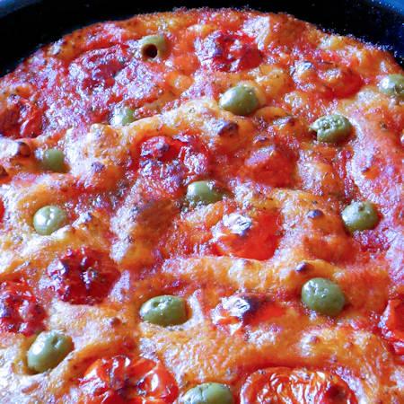 Focaccia barese olive e pomodorini