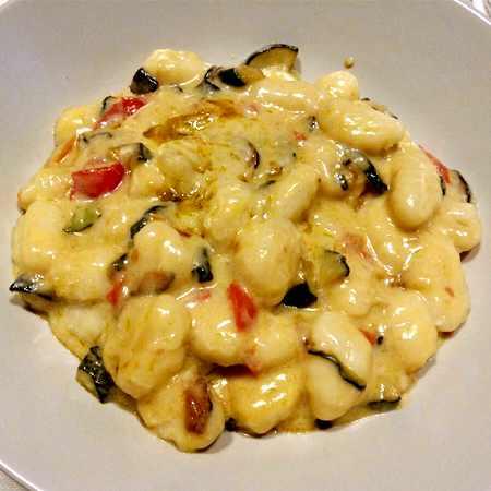 Gnocchi al gorgonzola, pomodorini e zucchine
