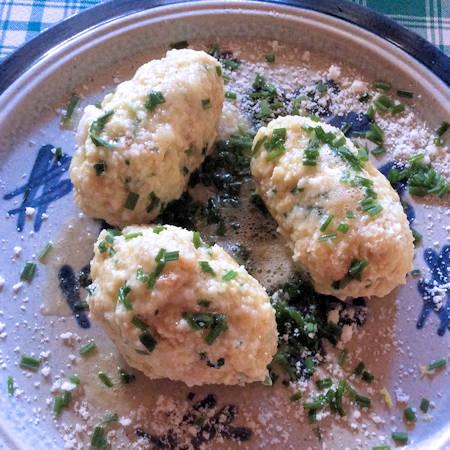 Gnocchi di pane e formaggio alla Tirolese