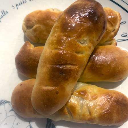 Mpignolata farcita con salsiccia, caciocavallo e olive