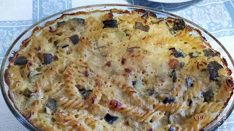 Pasta al forno con zucchine, patate e prosciutto