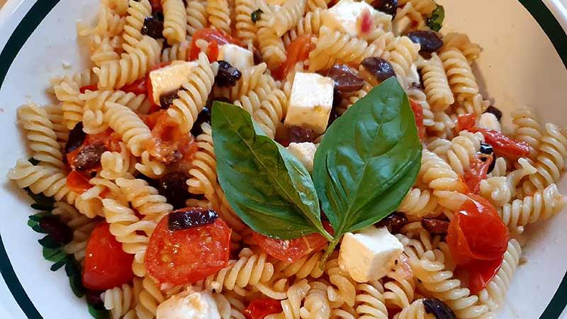 Pasta pomodorini, olive e feta