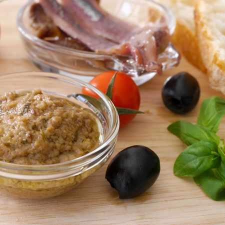Pesto pomodorini olive e acciughe