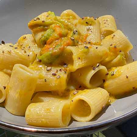 Salsa al parmigiano con fiori di zucca e acciughe