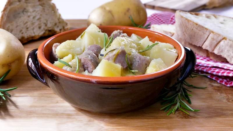Salsiccia e patate in umido