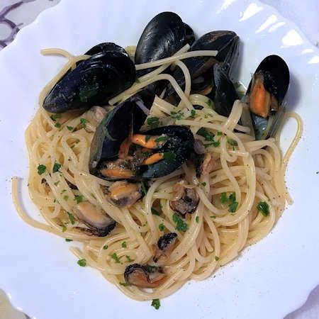 Spaghetti al sugo di cozze in bianco