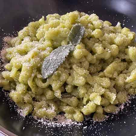 Spatzle di zucchine al burro e salvia
