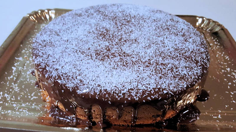 Torta al cocco con glassa al cioccolato