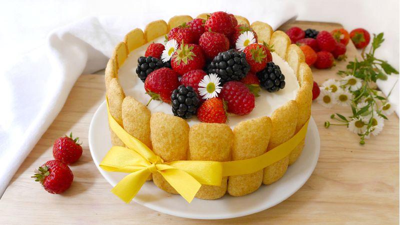 Torta gelato panna e frutti di bosco