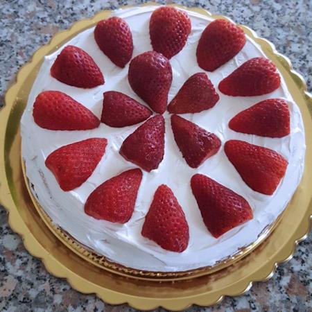 Torta morbida con panna e fragole