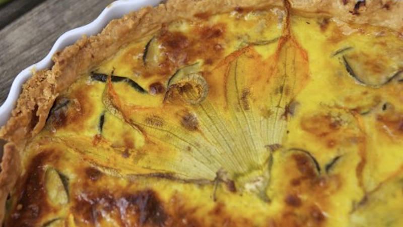 Torta salata con i fiori di zucca