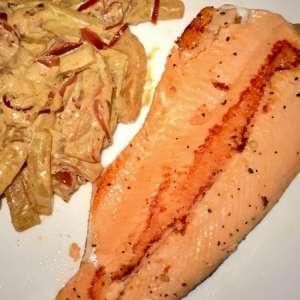 Trota salmonata con cetrioli al curry