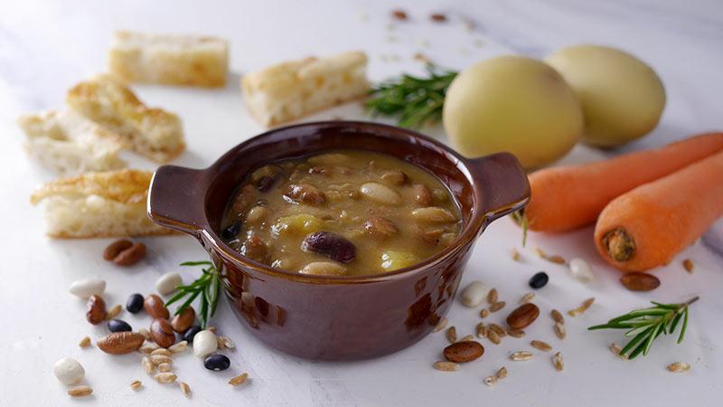 Zuppa di fagioli con farro, patate e carote