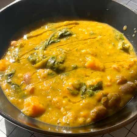Zuppa di orzo con patate spinaci e borlotti