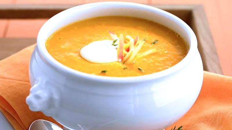 Zuppa vegan di zucca, basilico e lime