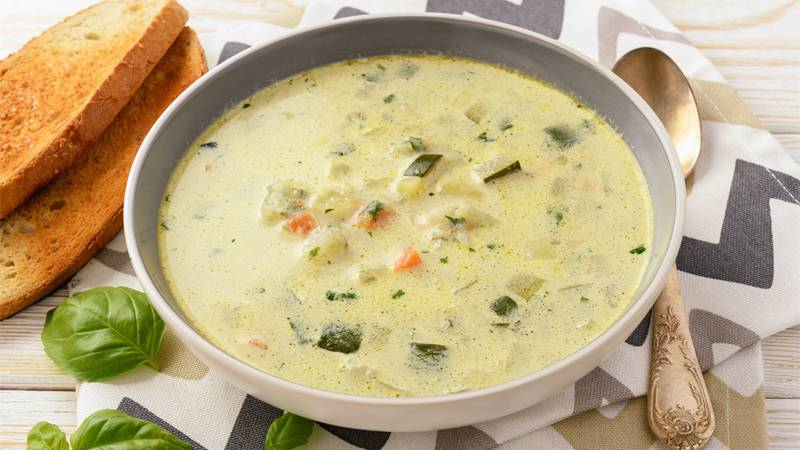 Zuppa di zucchine e patate con ragù primaverile